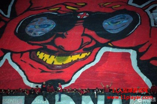 AC米兰球迷也曾打出手持望远镜的红魔鬼
