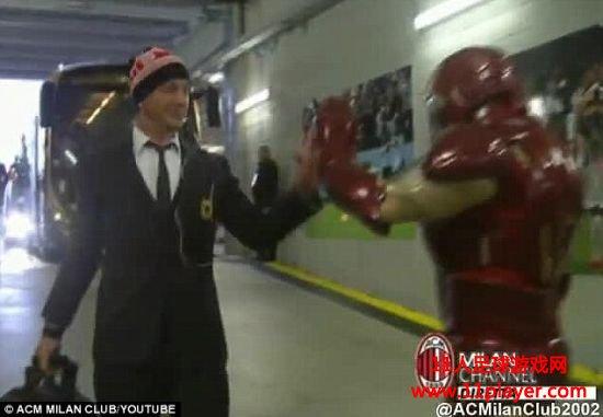 梅克斯和钢铁侠击掌
