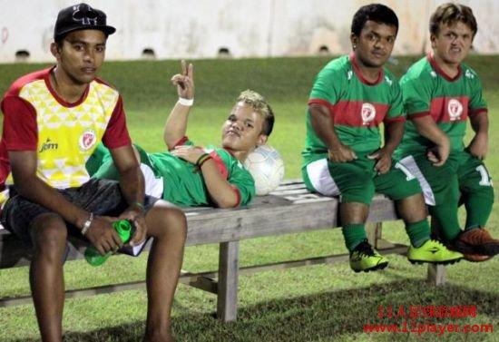 """巴西矮人足球队震惊世界 梦想,无关富有还是贫穷,也无关高大还是弱小,只要心中有梦,每个人都可以成为自己的英雄。来自巴西的卡塞米罗-里贝罗和他的球队证明了这一点。由他领衔的""""矮人""""足球队用自己在球场上出色的表现征服了所有人。 27岁的里贝罗是一位侏儒症患者,但是这并没有阻挡他对足球的热爱。他和一群同样身患此病的同伴成立了自己的足球队,并且参加了当地组织的比赛。值得一提的是,里贝罗在球场上的绰号叫""""瓦格纳-洛维"""",这正是现效力于鲁能的外援洛维的名字。在这支球队"""